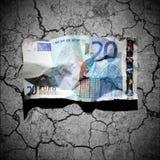 Banconota sgualcita dell'euro 20 sulla priorità bassa del terreno asciutto Fotografie Stock Libere da Diritti