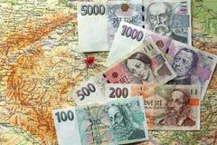 Banconote ceche dei soldi sulla mappa della repubblica Ceca Immagini Stock