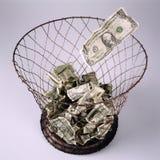 Banconote in cestino per la carta straccia Fotografie Stock