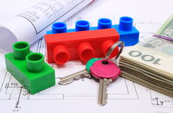 Banconote, chiavi, particelle elementari e diagrammi elettrici sul disegno della casa Fotografia Stock
