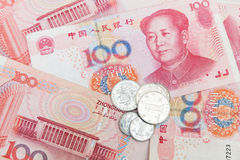 Banconote cinesi e monete di Renminbi di yuan Immagini Stock