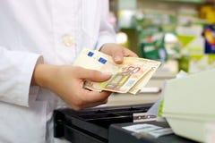 Banconote degli euro in dettaglio del primo piano della farmacia Immagine Stock