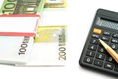 Banconote degli euro e del calcolatore su bianco Immagine Stock