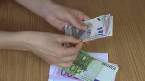 Banconote dei contanti dei soldi del dono di conteggio della mano della donna euro in busta 4K stock footage