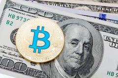 Banconote del dollaro con il bitcoin blu di cryptocurrency dorato su briciolo Fotografie Stock Libere da Diritti