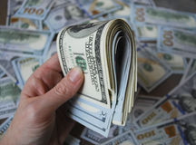 Banconote del dollaro dei contanti della tenuta della mano della donna Fotografia Stock