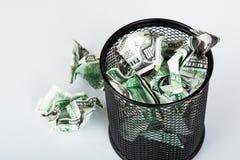 Banconote del dollaro dentro il recipiente dei rifiuti Immagini Stock