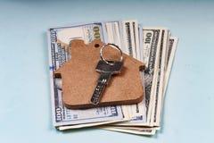 Banconote del dollaro e la chiave all'abitazione Il concetto: la vendita di alloggio, affitto di alloggi, bene immobile, finanza, Fotografie Stock Libere da Diritti