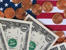 Banconote del dollaro e monete e bandiera degli Stati Uniti Fotografia Stock Libera da Diritti
