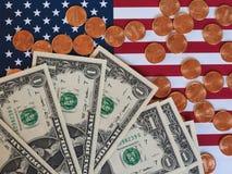 Banconote del dollaro e monete e bandiera degli Stati Uniti Immagine Stock Libera da Diritti