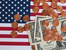 Banconote del dollaro e monete e bandiera degli Stati Uniti Immagini Stock Libere da Diritti