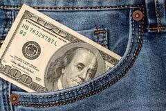 Banconote del dollaro in primo piano della tasca dei jeans Fotografia Stock Libera da Diritti