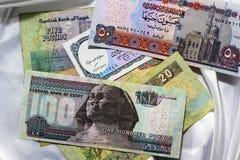 Banconote dell'Egitto su un fondo bianco del raso Fotografia Stock Libera da Diritti