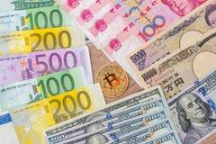 Banconote dell'euro e del dollaro di yuan di Yen con bitcoin Immagine Stock