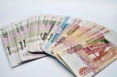 5000 1000 1000 banconote della Banca della Russia sulle banconote bianche della spina dorsale 100 delle rubli russe del fondo di  Immagini Stock Libere da Diritti