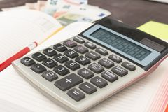 Banconote della gestione di impresa e di contabilità, calcolatore e banconote dell'euro su fondo di legno Tassa, debito e calcolo Fotografia Stock Libera da Diritti