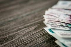 Banconote della rublo russa, soldi su fondo di legno scuro Fotografia Stock