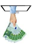 Banconote della tenuta della mano euro dallo schermo di computer Immagini Stock Libere da Diritti
