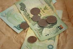 Banconote di baht della Tailandia con le monete di baht della Tailandia Fotografia Stock Libera da Diritti
