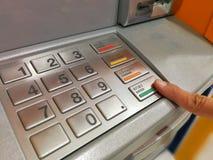 Banconote di baht tailandese di Ottenere un automatico Immagini Stock