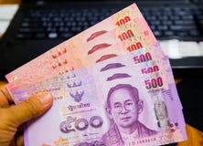 Banconote di carta della Tailandia, il concetto di risparmio di inizio per futuro, per il nuovo computer portatile o qualche cosa Immagini Stock Libere da Diritti