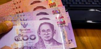 Banconote di carta della Tailandia, il concetto di risparmio di inizio per futuro, per il nuovo computer portatile o qualche cosa Immagini Stock
