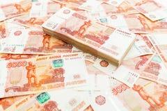 Banconote di carta russe 5000 rubli di fondo Penna, occhiali e grafici Immagine Stock