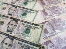 banconote in dollari americane e banconote messicane, fondo e struttura Immagine Stock Libera da Diritti