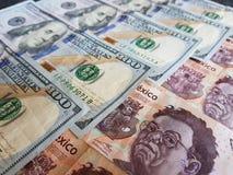 banconote in dollari americane e banconote messicane, fondo e struttura Immagine Stock