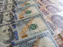 banconote in dollari americane e banconote messicane, fondo e struttura Fotografie Stock Libere da Diritti