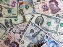 banconote in dollari americane e banconote messicane nelle denominazioni differenti unorganized Fotografie Stock Libere da Diritti