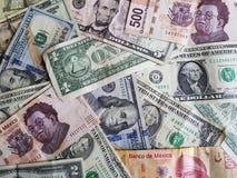 banconote in dollari americane e banconote messicane nelle denominazioni, nel fondo e nella struttura differenti Fotografie Stock