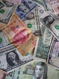 banconote in dollari americane e banconote messicane nelle denominazioni, nel fondo e nella struttura differenti Fotografie Stock Libere da Diritti