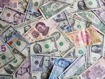 banconote in dollari americane e banconote messicane nelle denominazioni, nel fondo e nella struttura differenti Immagini Stock