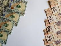 banconote in dollari americane e banconote messicane su fondo bianco Immagine Stock