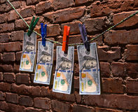 Banconote in dollari che appendono su una corda Immagini Stock Libere da Diritti
