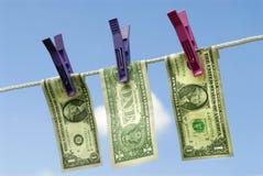 Banconote in dollari degli Stati Uniti uno che vanno in giro per asciugarsi sulla linea di lavaggio, concetto di riciclaggio di d Fotografie Stock Libere da Diritti