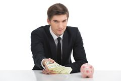 Banconote in dollari della tenuta dell'uomo di affari, isolate su bianco Fotografia Stock