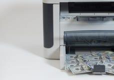 Banconote in dollari di falsificazione di stampa della stampante Fotografie Stock