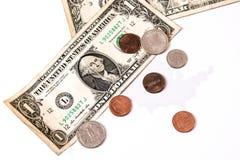 Banconote in dollari e centesimi sopra la mappa degli Stati Uniti Fotografie Stock