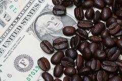 Banconote in dollari e chicchi di caffè Immagini Stock Libere da Diritti