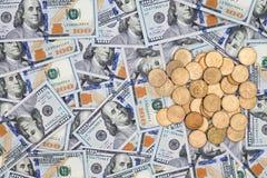 Banconote in dollari e monete dell'americano 100 Fotografie Stock Libere da Diritti