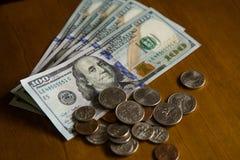 Banconote in dollari e monete diverse fotografia stock