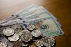 Banconote in dollari e monete diverse fotografia stock libera da diritti