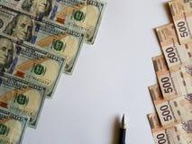 banconote in dollari, banconote messicane e una penna su fondo bianco Fotografia Stock Libera da Diritti