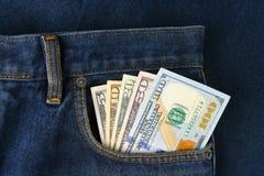Banconote in dollari nella tasca dei jeans Immagini Stock Libere da Diritti