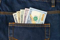 Banconote in dollari nella tasca dei jeans Fotografia Stock