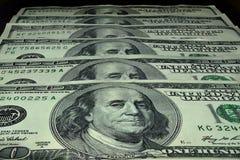 100 banconote in dollari sono impilate in una fila Fotografia Stock Libera da Diritti