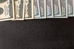 banconote in dollari sul fondo della lavagna Fotografia Stock