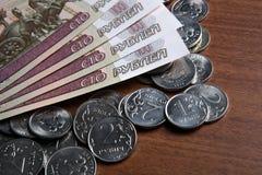 Banconote e monete della cento-rublo del ` s della Russia Fotografie Stock Libere da Diritti